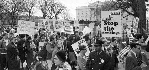 Protestations contre la guerre du Vietnam devant la Maison Blanche, Washington, 30 novembre 1965 (crédits photo : AFP/Getty Images)
