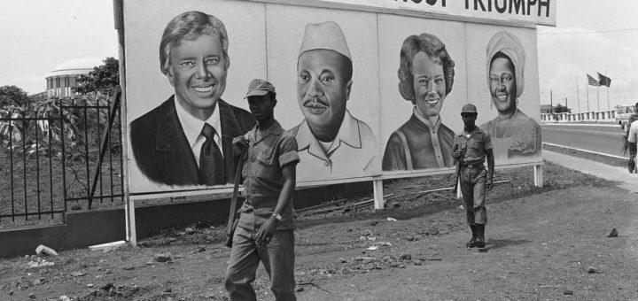 Panneau avec le portrait du président Carter, Libéria (crédits : AP / Michael Lipchitz)